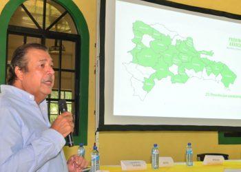 El coordinador nacional de las asociaciones de productores y molineros de arroz, Manolo Tavarez Mirabal, durante su disertación en el panel realizado en La Vega.