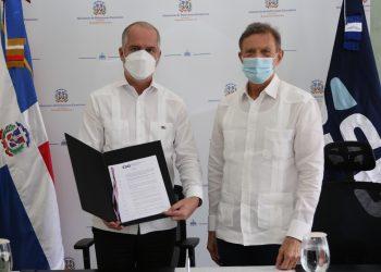 El superintendente de Bancos, Alejandro Fernández W. y el canciller, Roberto Álvarez. | Fuente externa.