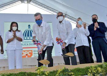 El presidente Luis Abinader y el ministro de Obras Públicas Deligne Ascención dan el primer palazo para la construcción de la avenida Hípica en SDE. | Fuente externa.