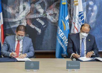 Carlos Bonilla, director del Instituto Nacional de la Vivienda (INVI); y Samuel Pereyra, administrador general de Banreservas, firman el acuerdo de cooperación.