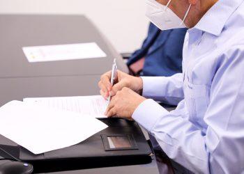 El ministro de Industria, Comercio y Mipymes (MICM), Víctor Bisonó, firmando el memorando de entendimiento. | Fuente externa.