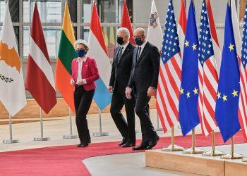 Joe Biden presidente de EEUU, camina junto a Ursula Von der Leyen, presidenta de la Comisión Europea y Charles Michel, presidente del Consejo Europeo.   Fuente externa.