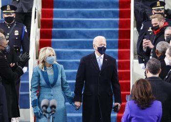 Joe Biden y Jill Biden a su llegada a las escalinatas del capitolio para la inauguración como presidente de los EEUU. | Jim Bourg, Reuters.