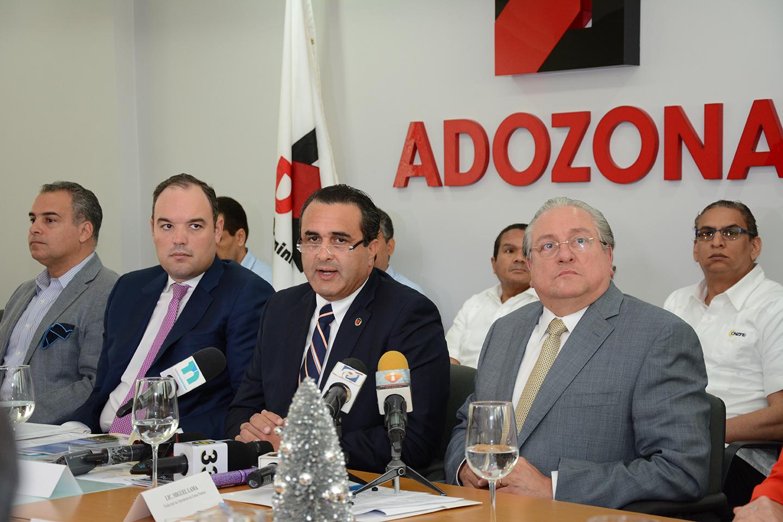 José del Castillo Saviñón, José Tomás Contreras y Miguel Lama durante la presentación de los resultados del sector zonas francas. /Gabriel Alcántara.