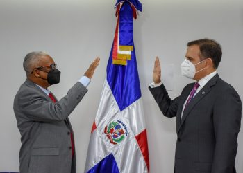 Juan Rosa siendo juramentado como director General de Jubilaciones y Pensiones.   Fuente externa.