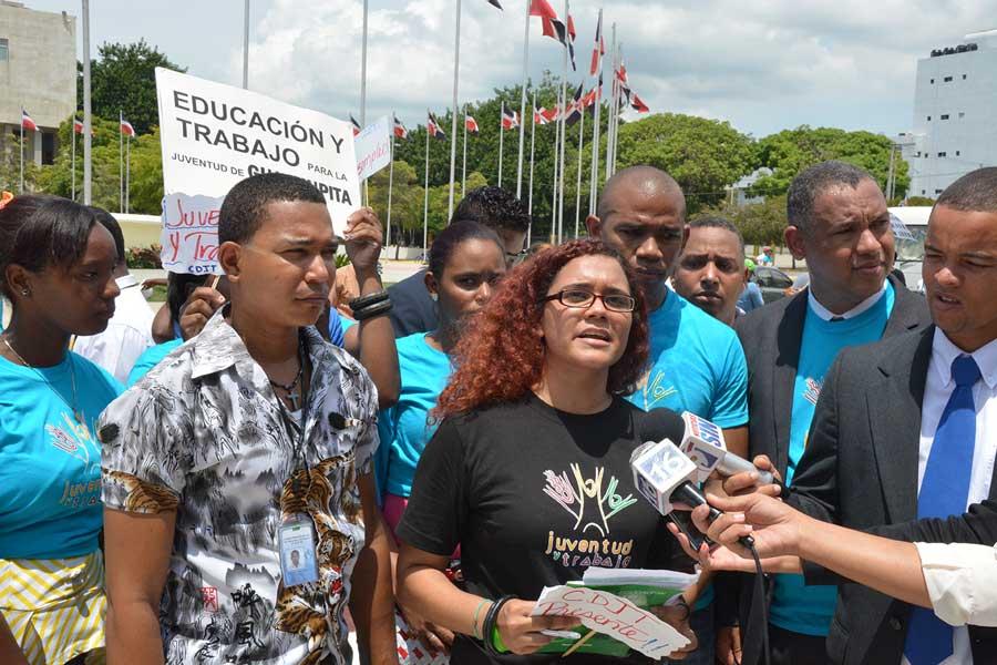 Los jóvenes protestaron en el Ministerio de Trabajo y en la parte frontal del Congreso Nacional./ Lésthar Alvarez