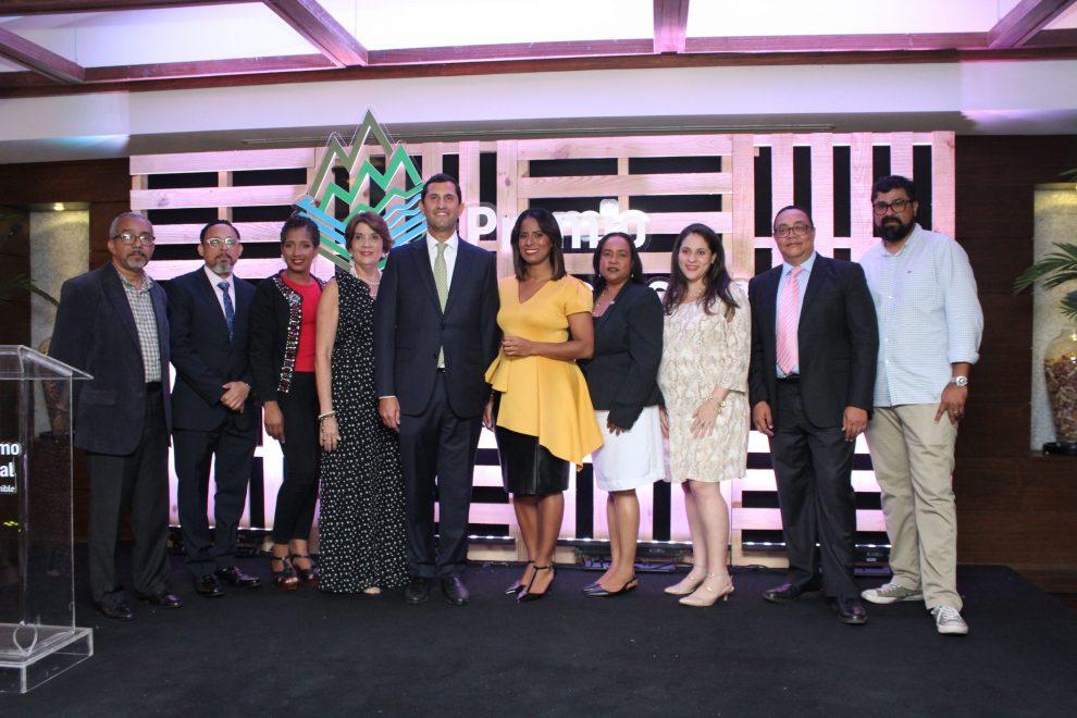 los ganadores addis burgos, rossana figueroa y dayerlin torres junto a miembros de cepm y el jurado.