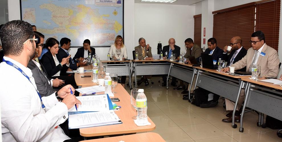 los viceministros del mem petrouschka muñoz y ernesto vilalta participan en el taller para la creación del foreeca