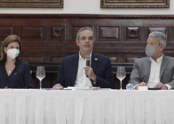 El presidente, Luis Abinader, durante la conferencia de prensa en Santiago en la que habló sobre la construcción de la autopista Santiago-Puerto Plata, denominada como la autopista del ámbar.   Fuente externa.