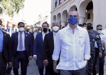 El presidente Luis Abinader, acompañado de otras autoridades, durante su recorrido por las calles de la Ciudad Colonial, donde anunció la puesta en marcha de su remozamiento. | Fuente externa.