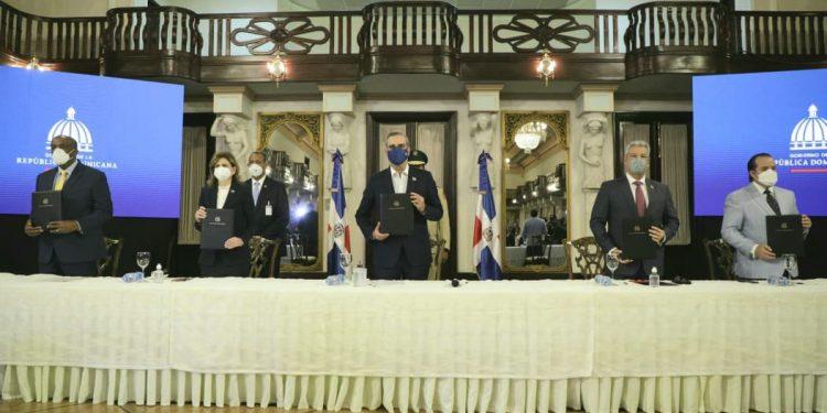 Luis Abinader durante la firma del pacto eléctrico. | Fuente externa.