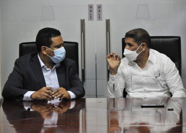 El ministro de agricultura, Limber Curz y el director general de Contrataciones Públicas, Carlos Pimentel.