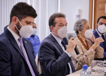 Ito Bisonó y funcionarios del MICM, durante un encuentro con directores y ejecutivos de medios de comunicación.