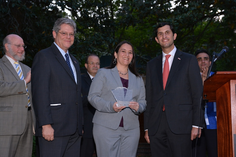 Maria Mejía, Gustavo Tavares y Roberto Herrera durante el reconocimiento a dominicanos destacados en Estados Unidos./elDinero