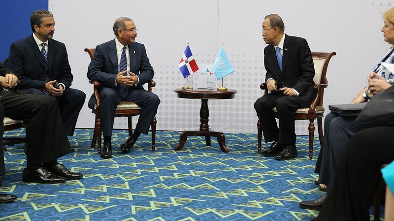 El presidente Danilo Medina y Ban Ki-Moon durante el encuentro en Panamá./elDinero