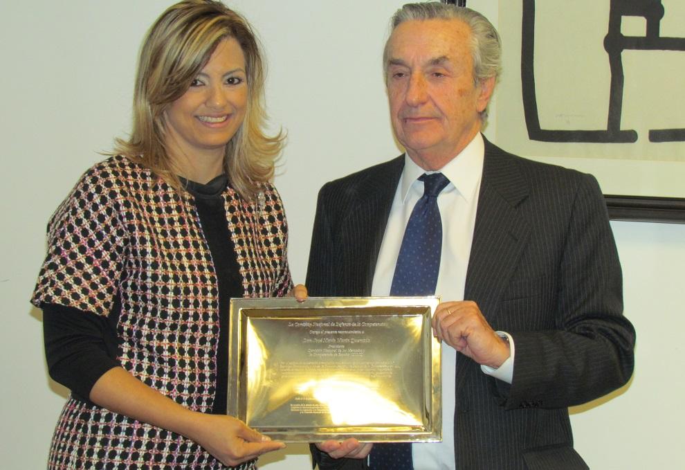 Michelle Cohen, presidenta de ProCompetencia, entreó a su homólogo español, José María Marín, una placa de reconocimiento por el aporte que ha hecho al pais.