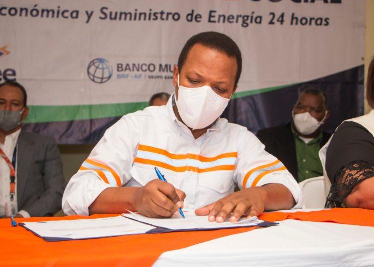 Milton Morrison durante la firma del pacto social en Villa Altagracia.