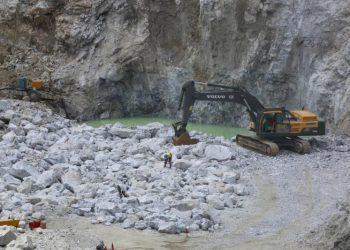 Una excavadora en la planta de Bikita en Zimbabwe, la única mina de África que produce pegmatita de litio. /Aaron Ufumel, EFE.