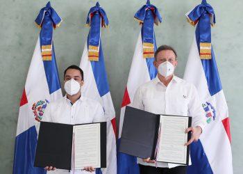 El gerente general del Bandex, Juan Mustafá y el canciller Roberto Álvarez tras haber suscrito el acuerdo de cooperación interinstitucional. | Fuente externa.