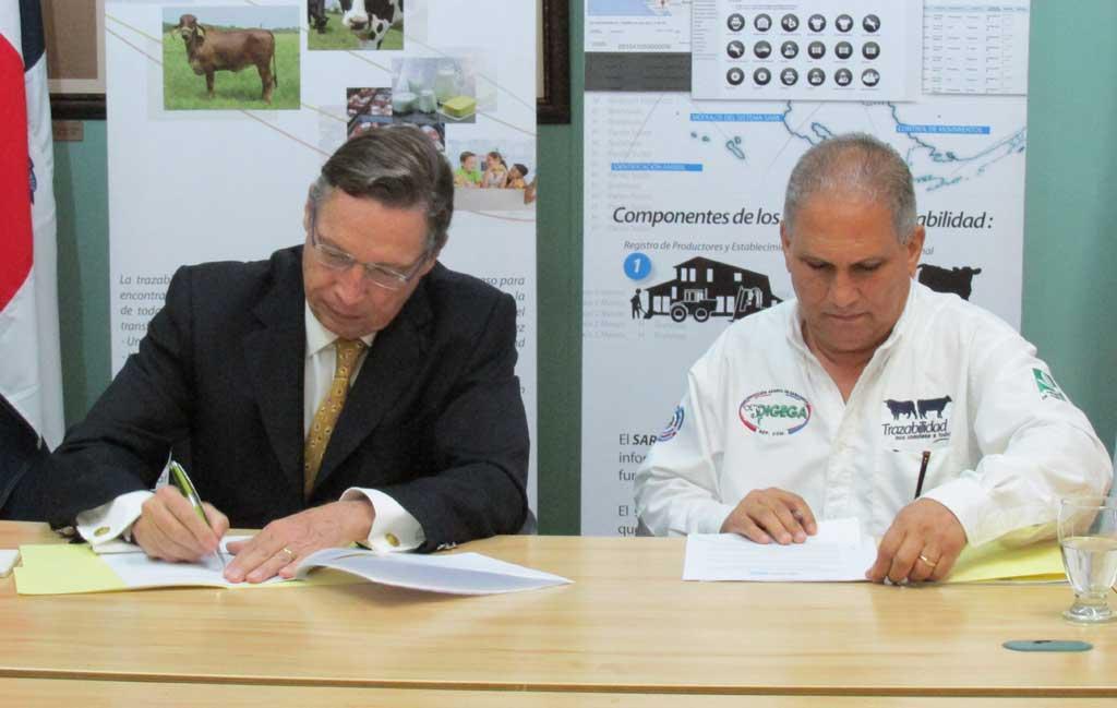 El convenio fue firmado por Claude Mamboury, de Nestlé; y Bolívar Toribio, de Ganadería.
