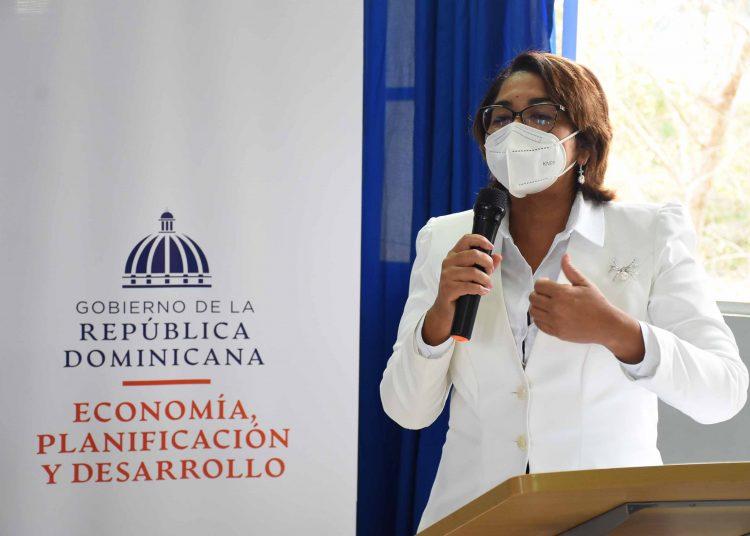 La viceministra de Cooperación Internacional, Olaya Dotel, habla en el acto de firma de alianzas con las gobernadoras de las provincias de la zona fronteriza.