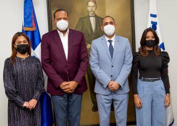 El director ejecutivo de Pro Consumidor, Eddy Alcántara, junto al presidente del Indotel, Nelson Arroyo. También figuran en la foto la directora ejecutiva del Indotel, Julissa Cruz, y Johanna Calderón.