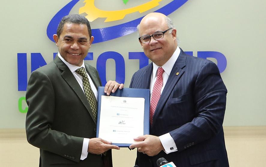 Rafael Ovalles, director general del Infotep, y Eduardo Grullón J. Grullón, presidente de AFP Popular./elDinero