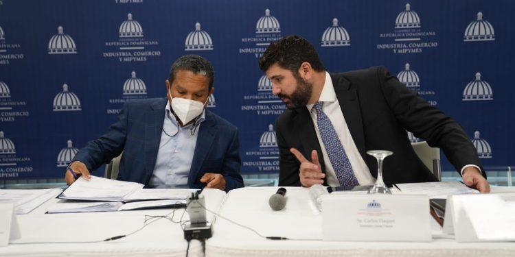 Principal. Daniel Liranzo, director ejecutivo del CNZFE, y Carlos Flaquer, viceministro de Zonas Francas y Regímenes Especiales del MICM.