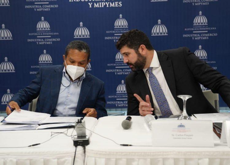 Daniel Liranzo, director ejecutivo del CNZFE, y Carlos Flaquer, viceministro de Zonas Francas y Regímenes Especiales del MICM.