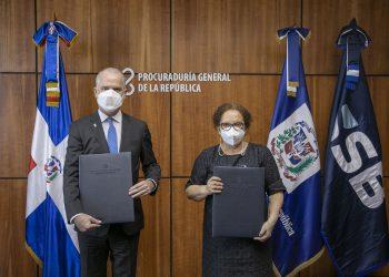 El superintendente de Bancos, Alejandro Fernández W., y la procuradora general de la República, Miriam Germán Brito.