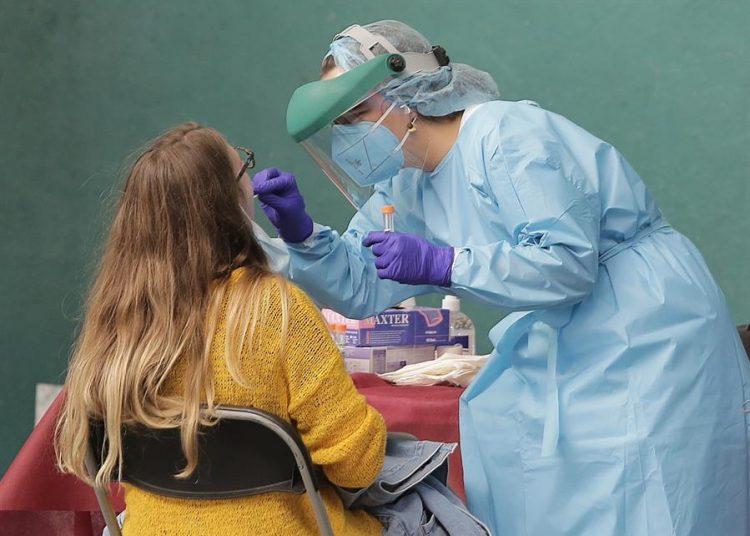 Una doctora realiza la prueba de covid-19 a una paciente.   Gorka Estrada, EFE.