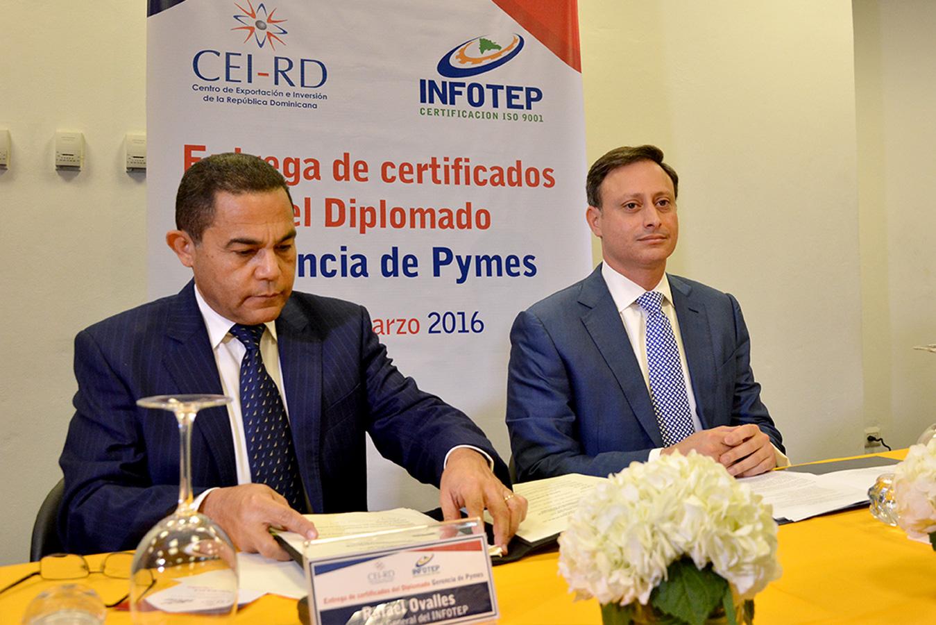 Rafael Ovalles y Jean Alain Rodríguez, durante la culminación del diplomado organizado por el Infotep y el CEI-RD | Gabriel Alcántara