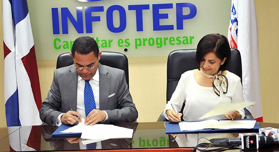 Rafael Ovalles y Mayra Jiménez, titulares del Infotep y de Promipyme, respectivamente, durante la firma del acuerdo de colaboración.