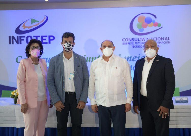 Rafael Santos Badía junto a Héctor Irizarry, Maura Corporán y Juan Matos.