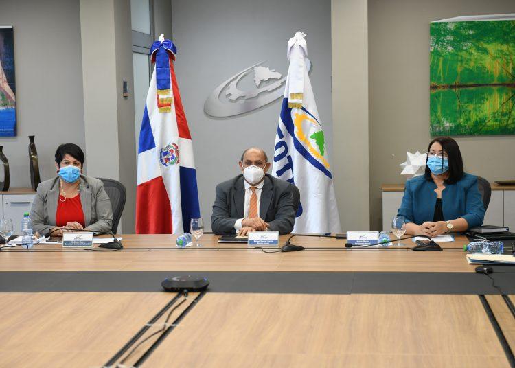 Rafael Santos Badía, director general del Infotep, acompañado por Maira Morla, subdirectora, y Misthania Matos, gerente de Gestión de la Calidad.