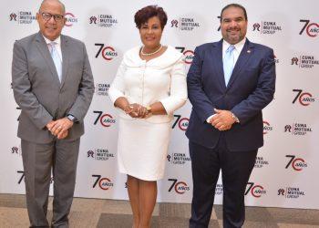 La superintendente de Seguros, Josefa Castillo y el presidente de Cadoar, Miguel Villaman, acompañaron a los ejecutivos de CUNA Mutual Group durante la celebración de su 70 aniversario.