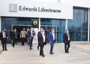 El ministro de Salud Pública, Plutarco Arias, durante su recorrido por las instalaciones de la multinacional Edward Lifesciences.