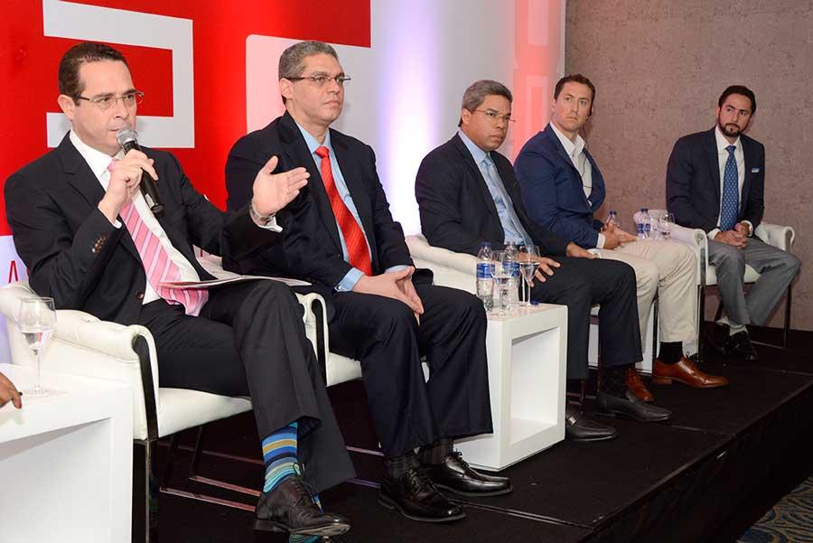Los ejecutivos que representan las empresas de combustibles Sunix, Shell, Isla, Texaco y Esso dieron a conocer la formación de la nueva entidad empresarial./ Lésther Álvarez