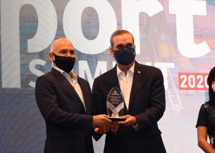 Ricardo Esteban recibe el premio de manos de Luis Abinader.