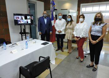 El nuevo ministro de Educación, Roberto Fulcar, junto a miembros de la Ainep. | Fuente externa.