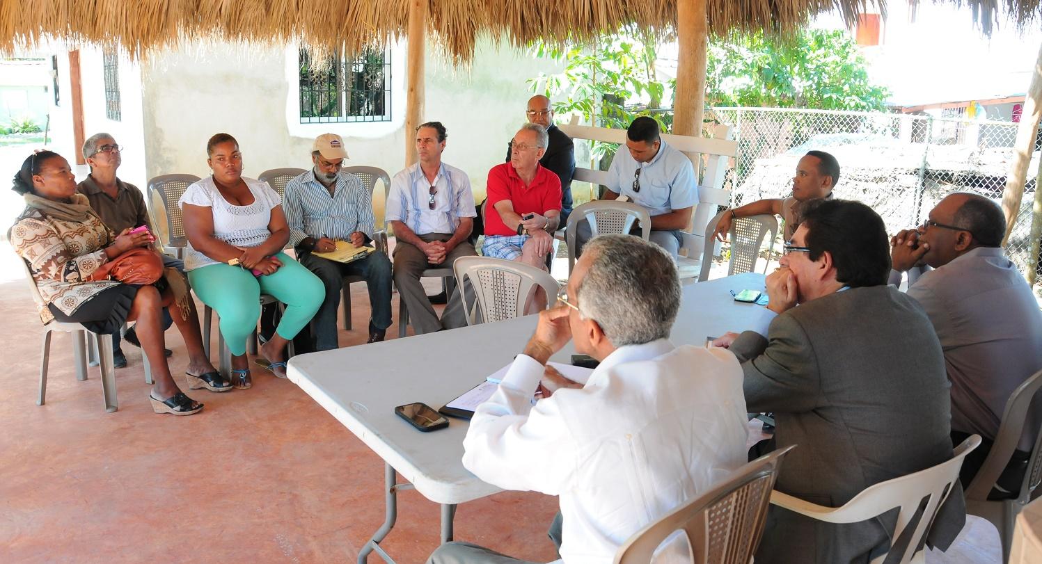 Las autoridades de la SIE prometieron apoyo continuo a los comunitarios y comerciantes de Las Terrenas./elDinero