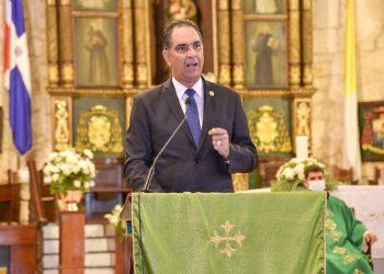 El Dr. Santiago Hazim, director ejecutivo de SeNaSa, durante la pronunciación de sus palabras en la misa de acción de gracias.