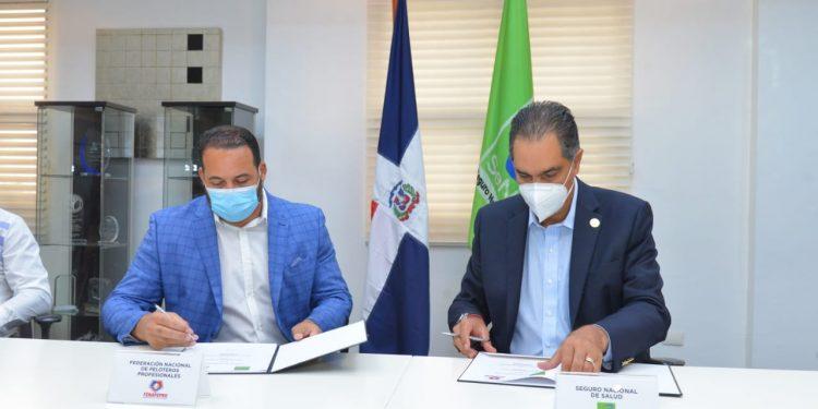 El Dr. Santiago Hazim, director ejecutivo de SeNaSa, y Erick Almonte, presidente de Fenapepro, durante la firma del acuerdo.