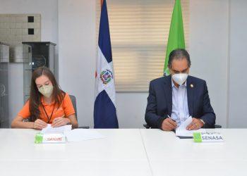 La presidenta de Jompéame, Katherine Nicole Motyka de León, y el director ejecutivo de la ARS Estatal, Dr. Santiago Hazim.
