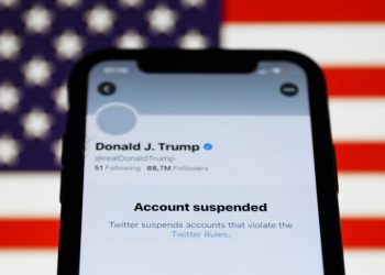 Twitter suspendió la cuenta de Donald Trump por alegar que el mandatario alentó la protesta de simpatizantes que terminó con su irrupción en el capitolio.   NurPhoto via Getty Images.