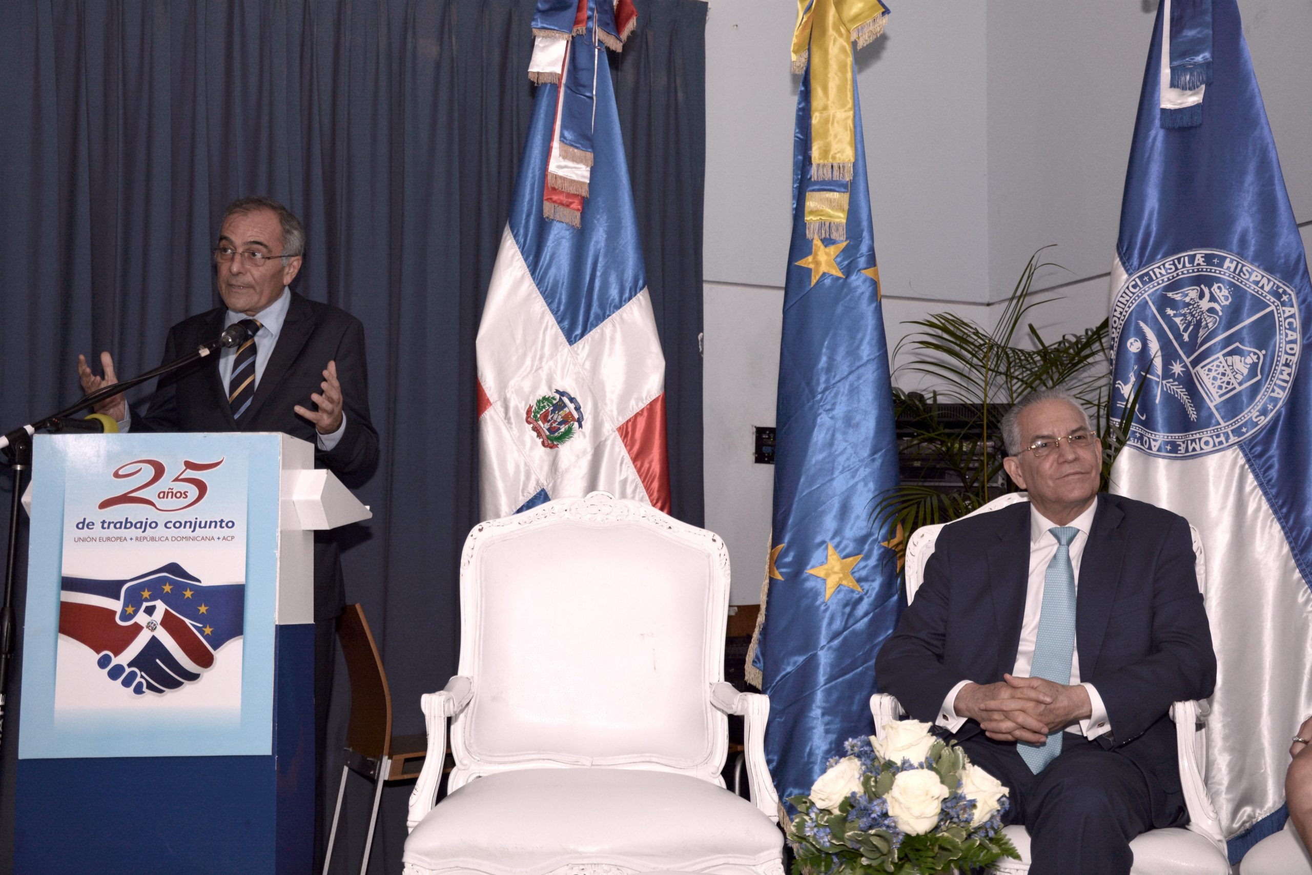 Antonio Vargas ofrece detalles sobre los aportes de la Unión Europea en el país. Observa el embajador Alberto Navarro. | LÉSTHER ÁLVAREZ