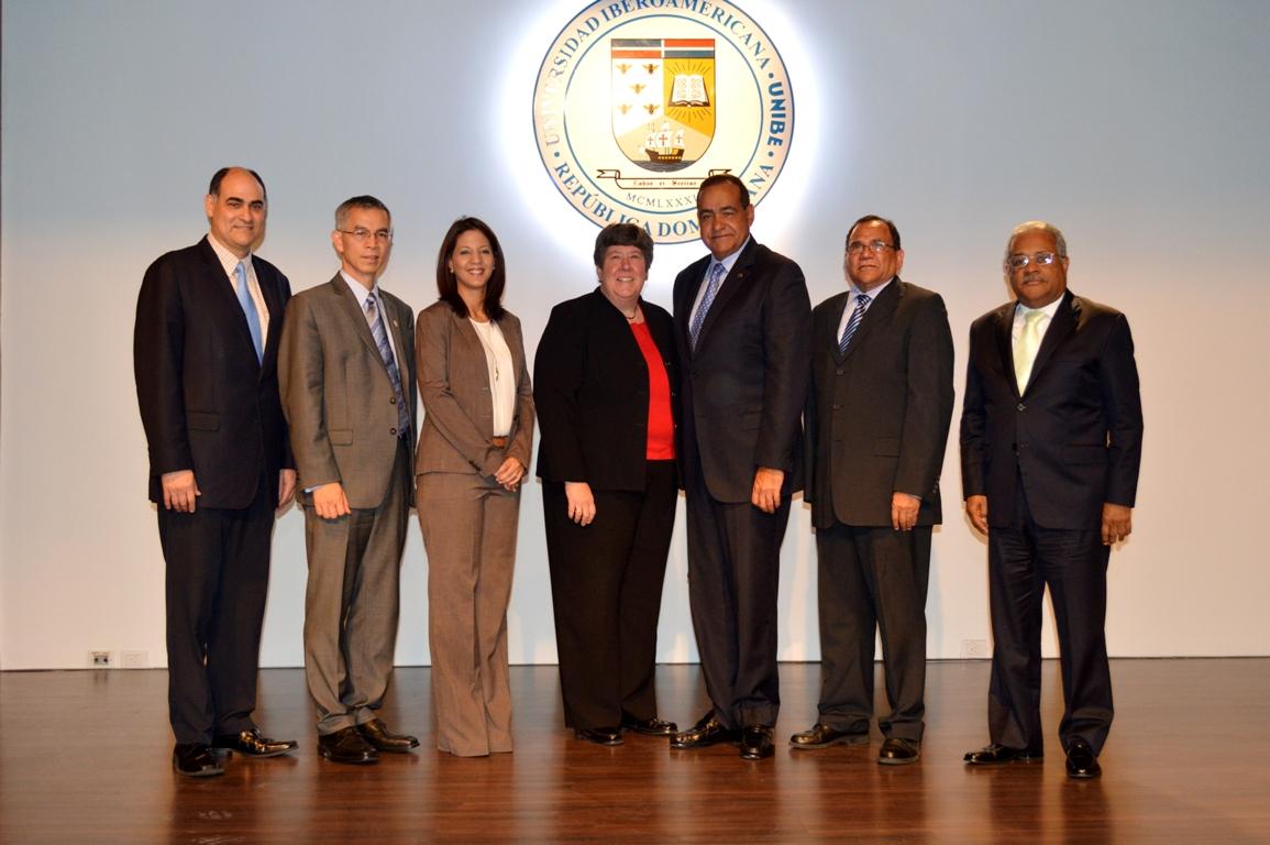 Directivos de Unibe y del sector educativo oficial durante la presentación del PhD en coordinación con la  Western University.