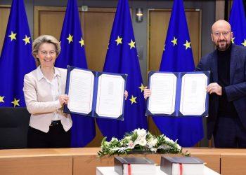 Ursula Von der Leyen y Charles Michel firman tratado posbrexit.   Fuente externa.