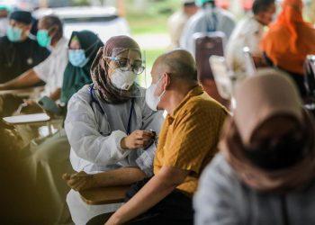 Estudios del organismo con sede en Ginebra muestran que todavía más de un tercio de los países del planeta (un 37% del total) aún sufren interrupciones en sus servicios habituales de inmunización. | Dedi Sinuhaji, EFE.