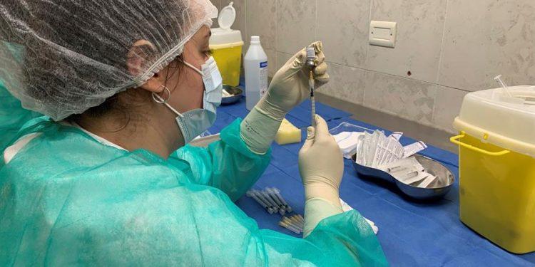 Una enfermera prepara una dosis de vacuna.   Paula Bernabeú, EFE.